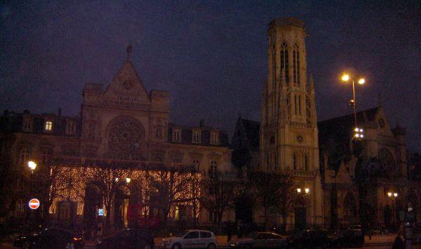 Esta es la foto recuperada con los edificios del ayuntamiento de distrito I, su torre neoclásica y la iglesia de Saint Germain l'Auxerrois.