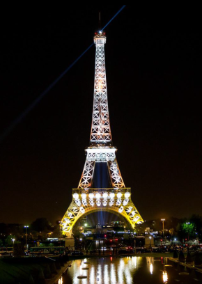 Torre Eiffel amarilla.