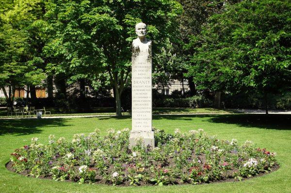 El monumento a Édouard Branly, en una de las glorietas de los jardines de Luxemburgo.